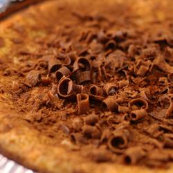 Suklaakoristeita juustokakun päällä.